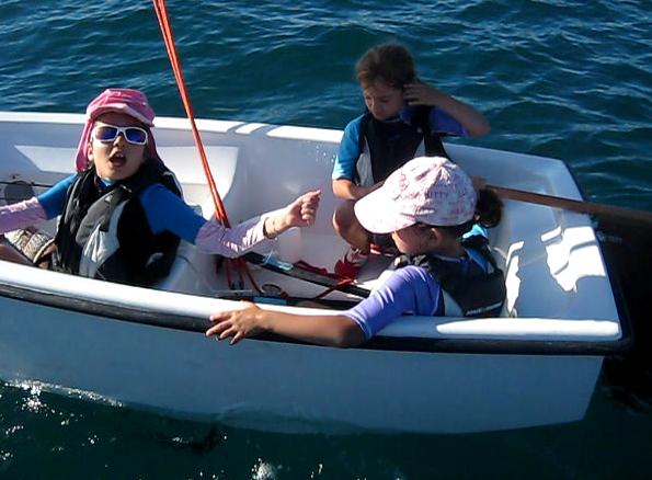 Les filles discutent bruyamment à bord pour savoir qui doit barrer… amusant et instructif !