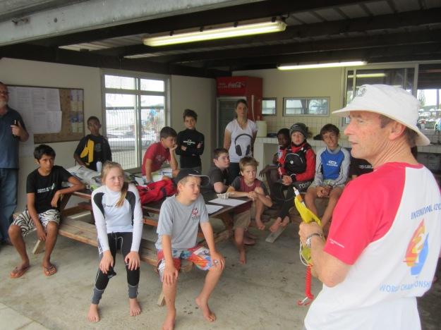 Le jury explique aux concurrents la procédure pour les pénalités. 4 néo- zélandais, un fidjien et 5 jeunes de Koumac et kone ont effectué le déplacement