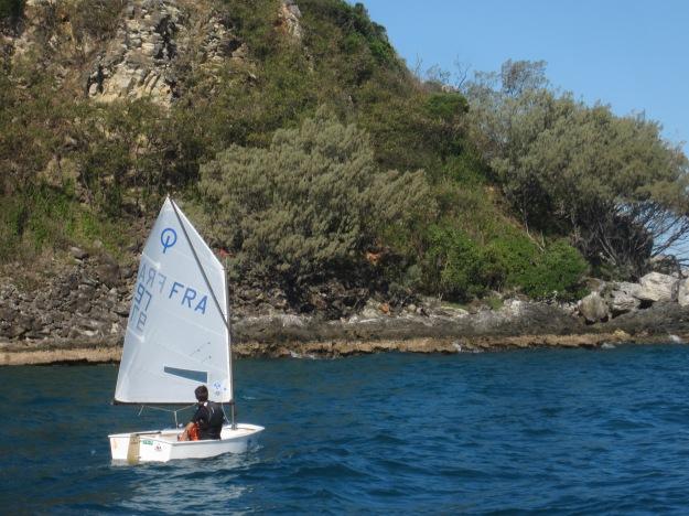 Attention aux effets de site en naviguant trop près de la côte. Emilie, plus au large, a bénéficié d'un vent plus fort et mieux orienté.