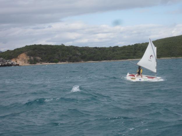 Anais, 8 ans, courageuse dans les vagues, tient le bon cap.
