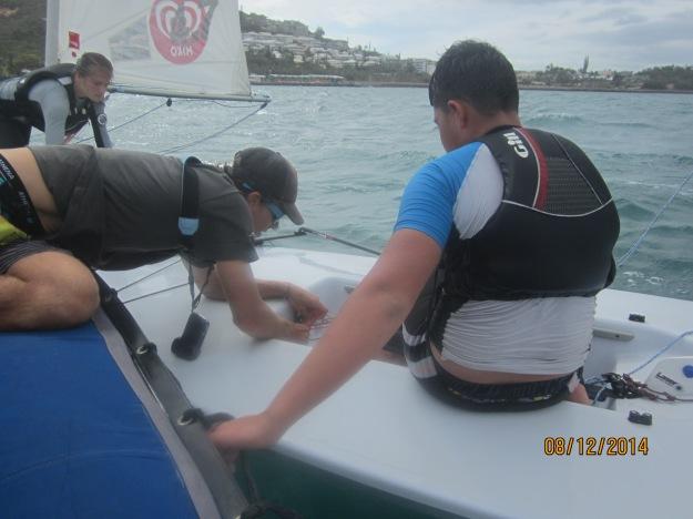 Les sangles sont trop souvent détendues: Mika règle sur l'eau certains bateaux pour ajuster la tension des sangles au niveau des coureurs afin de leur permettre d'avoir les jambes tendues. Au début, on tend les sangles, puis plus l'expérience vient (et l'aisance), plus on peut les détendre.