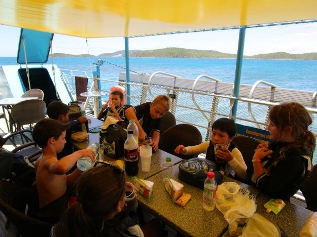 """Repas en mer pour les stagiaires: """"Le ponton"""" au large dee l'île Sainte Marie a ouvert spécialement pour nous en offrant gracieusement des boissons fraîches et en mettant à disposition une belle table."""