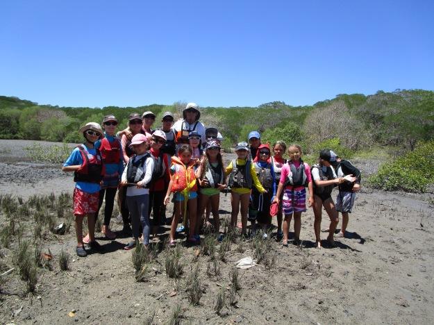 La photo du groupe est réalisée devant le marais de Sainte Marie: un lieu à la faune et la flore spécifiques.