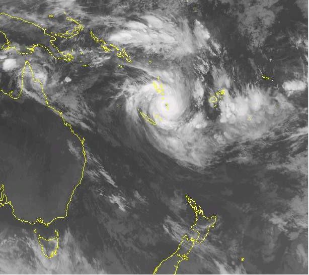 """L'oeil du cyclone est bien visible: pas loin de 200 nœuds en rafales dans les 25 milles autour du centre, et une mer qualifiée d'""""Énorme"""", la plus élevée dans l'échelle qui décrit l'état de la mer."""