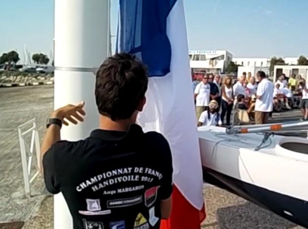 Un moment fort de ce championnat de France. C'est Ange qui a l'honneur de hisser les couleurs devant plus de cent personnes lors de la cérémonie d'ouverture mardi 30 juin après la régate d'entrainement.