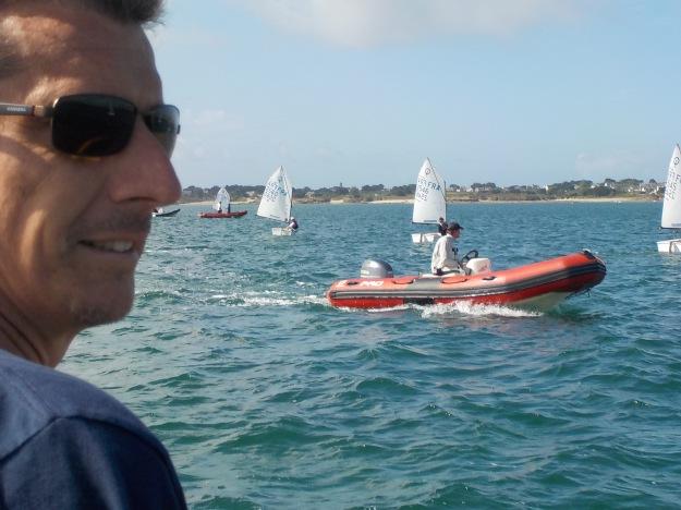 ous le regard de son père Fabien, Clément Masson tire ses premiers bords avec l'équipe d'Antibes.