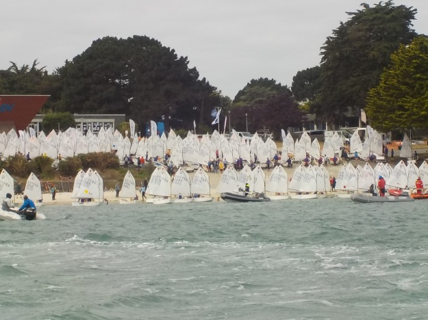 Départ pour le raid: la flotte impressionnante de plus de 150 optimist au départ de la plage.