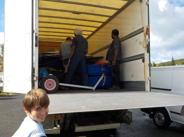 Embarquement des bateaux avec les jeunes stagiaires et leurs parents. Ici Eliott et son père Michel dans le camion qui amarre les coques.