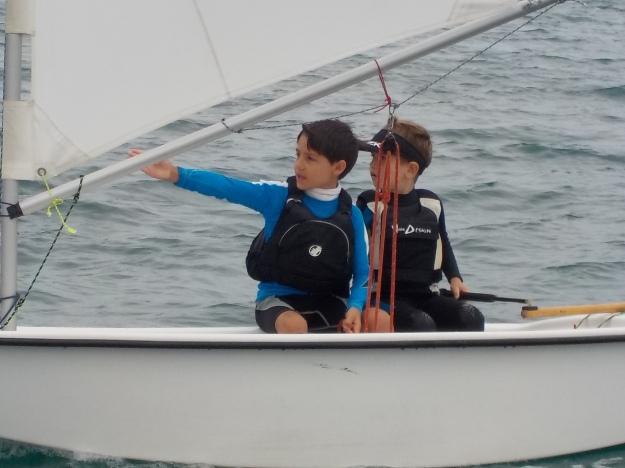 Malgré la bruine tenace, les équipages sont restés motivés: ici, Timothée et Martin discutent de leur route à suivre.