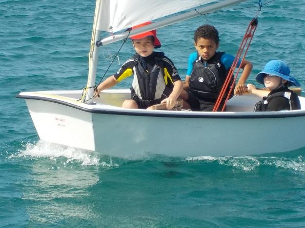 Certains ont navigué en équipage comme ici Matisse, Louis et John-Isaac. La communication à bord suscite des échanges (voir la vidéo).
