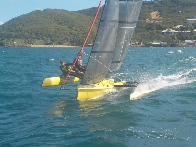 Un équipage qui prend du plaisir en échangeant sur des fondamentaux de la régate: Ange, l'ainé et Aurel le benjamin. Les deux talentueux membres de la SRC ont terminé 10 ème sur 21 alors qu'il naviguait en Weta sur le plus petit bateau.