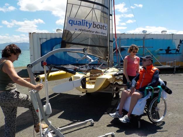 Fini la lourdeur des transferts fauteuil, fauteuil tire à l'eau, bateau sur la plage avec des manipulations impliquant quetre personnes. Nous avons choisi le transfert direct du fauteuil au bateau sur le terre plein devant la cale de mise à l'eau avec un lève-personne.