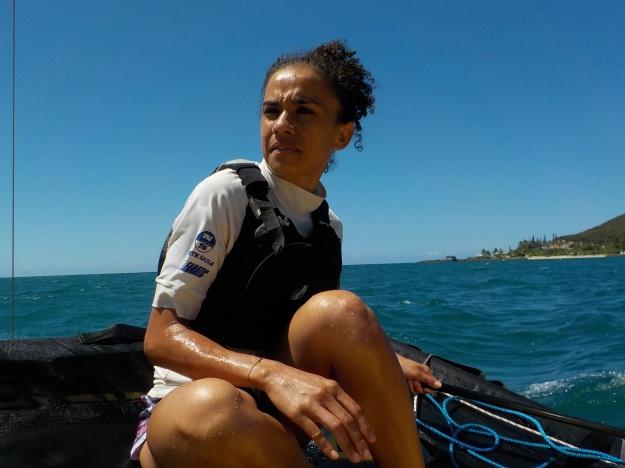 La mise à l'eau est rapidement efffectuée. Sans avoir jamais barré un bateau, l'auxiliaire de vie Savelina Wabutrune manifeste de réelles capacités... bien qu'elle ne soit pas totalement rassurée !