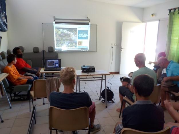 Biefing météo sur grand écran et sur internet avec animation des images satellites ! Le nec plus ultra se trouve à Koumac en Province Nord !