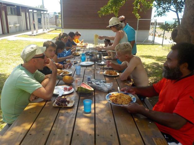 repas de midi sur site: les bénévoles se sont mobilisés pour faire et apporter la nourriture. Encore la famille Stiquel au fourneau.