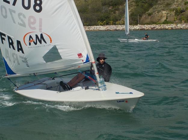Youenn, entraineur des Toiles du Lagon, a saisi l'occasion de cette formation entraineur pour parfaire sa maitrise technique du bateau.