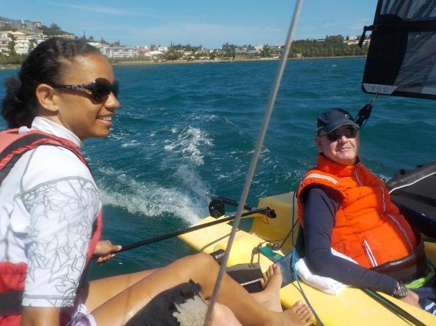 Savelina Wabutrune, auxiliaire de vie de Philippe Taylor accompagne son protégé dans cette activité nautique très humide. L'occasion pour elle aussi de faire le plein de sensations.